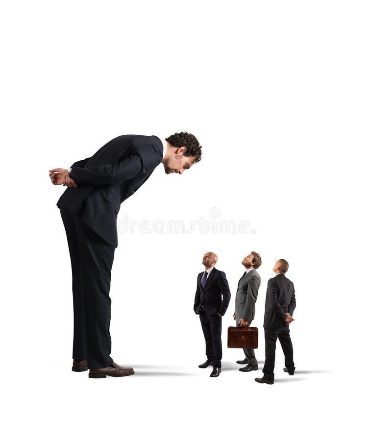 O chefe severo humilha seus empregados fotografia de stock