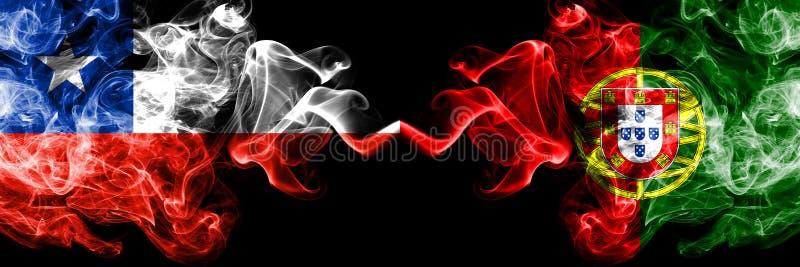 O Chile contra Portugal, bandeiras místicos fumarentos portuguesas colocadas de lado a lado Grosso colorido de seda fuma a combin fotografia de stock