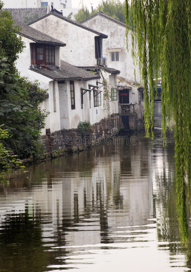 O chinês antigo abriga o canal Suzhou da reflexão imagem de stock royalty free