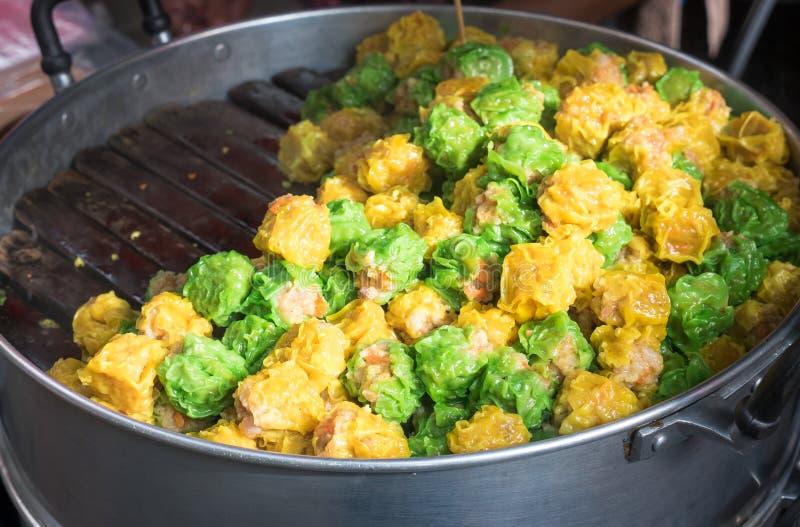 O chinês cozinhou a bolinha de massa do camarão ou da carne de porco o tipo do Ch delicioso fotografia de stock royalty free
