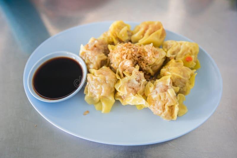 O chinês cozinhou a bolinha de massa do camarão ou da carne de porco o tipo do Ch delicioso imagens de stock royalty free