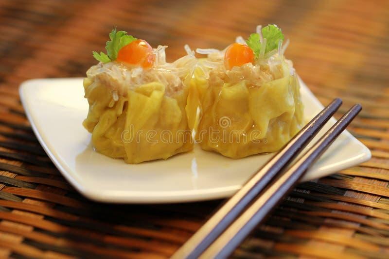 O chinês cozinhou bolinhas de massa dos macarronetes da carne de porco e do vidro, Dim Sum foto de stock