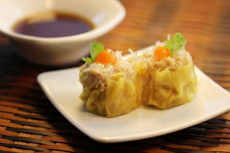 O chinês cozinhou bolinhas de massa dos macarronetes da carne de porco e do vidro, Dim Sum foto de stock royalty free