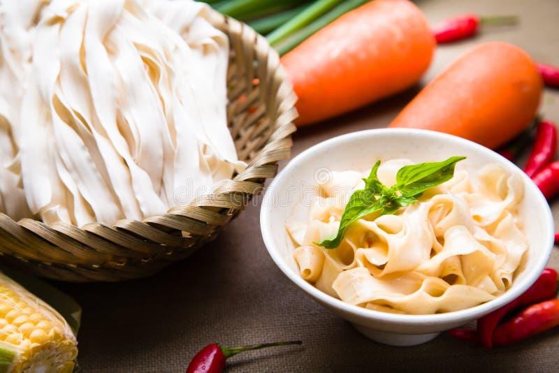 O chinês fritou o macarronete do wonton com milho, cenoura, pimentão e ervas fotos de stock