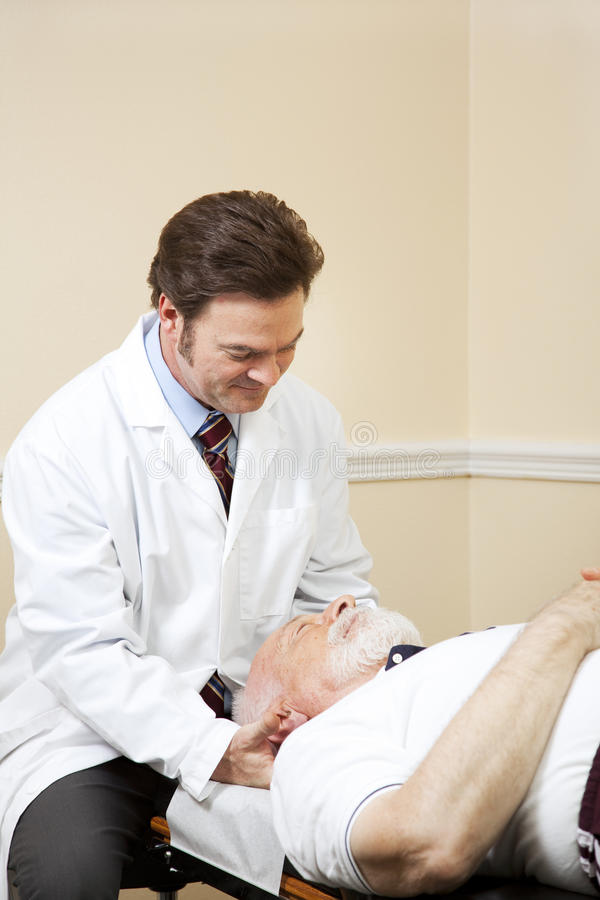 O Chiropractor ajusta a garganta fotografia de stock royalty free
