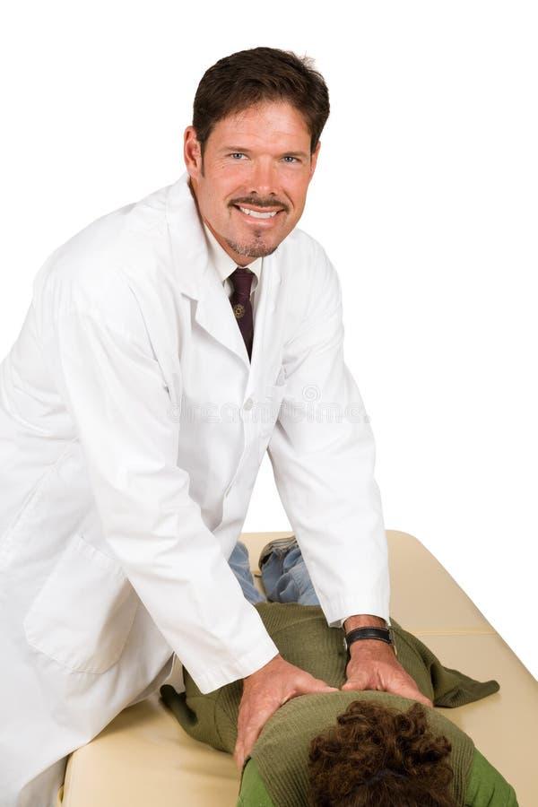 O Chiropractor amigável dá o ajuste foto de stock