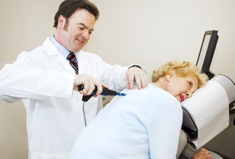 O Chiropractor aprecia seu trabalho imagem de stock
