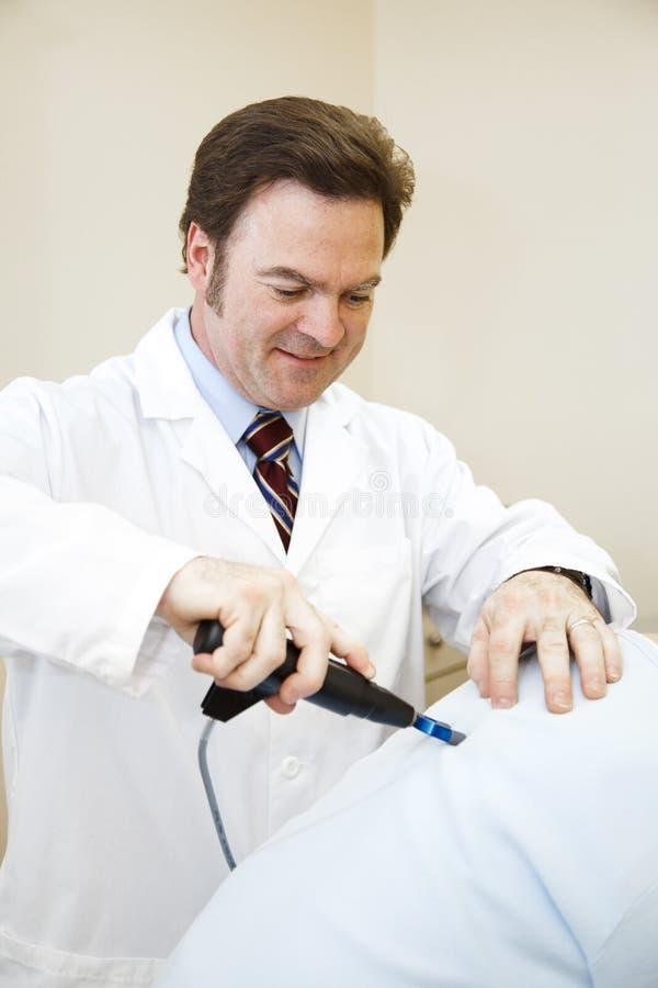 O Chiropractor faz um ajuste imagem de stock