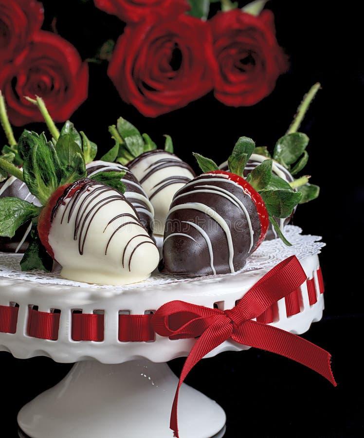 O chocolate branco e escuro cobriu morangos imagens de stock