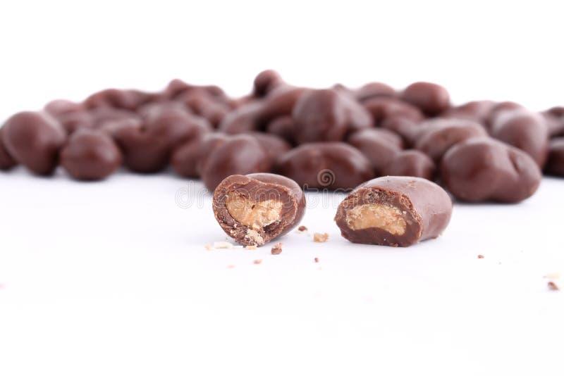 O chocolate cobriu cajus imagem de stock