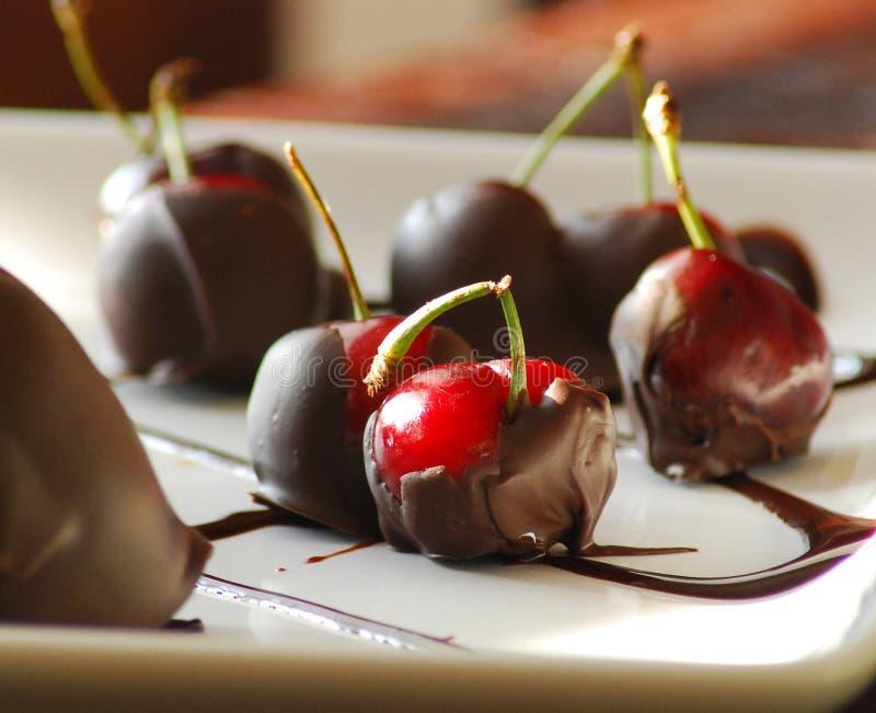 O chocolate cobriu cerejas imagem de stock
