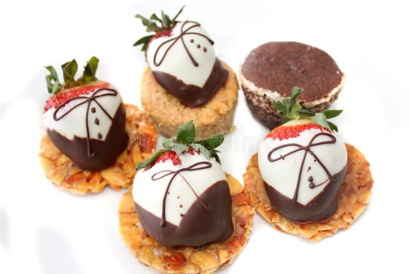 O chocolate cobriu morangos fotos de stock royalty free