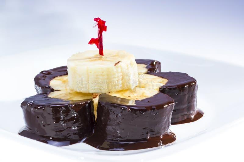 O chocolate mergulhou a banana. foto de stock royalty free