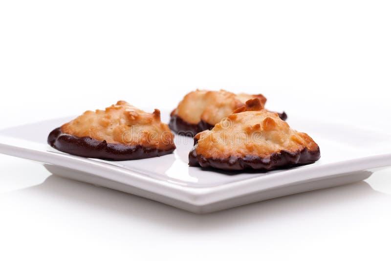 O chocolate mergulhou Macaroons imagens de stock royalty free