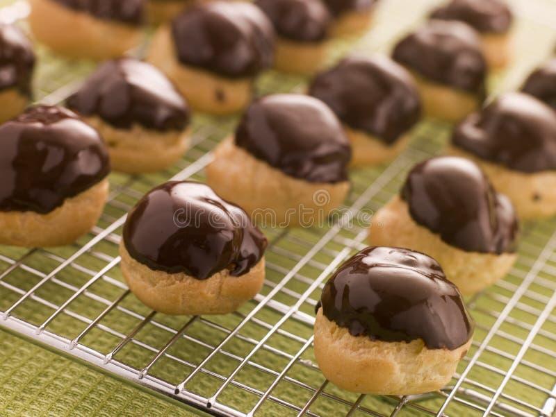 O chocolate mergulhou Profiteroles fotografia de stock