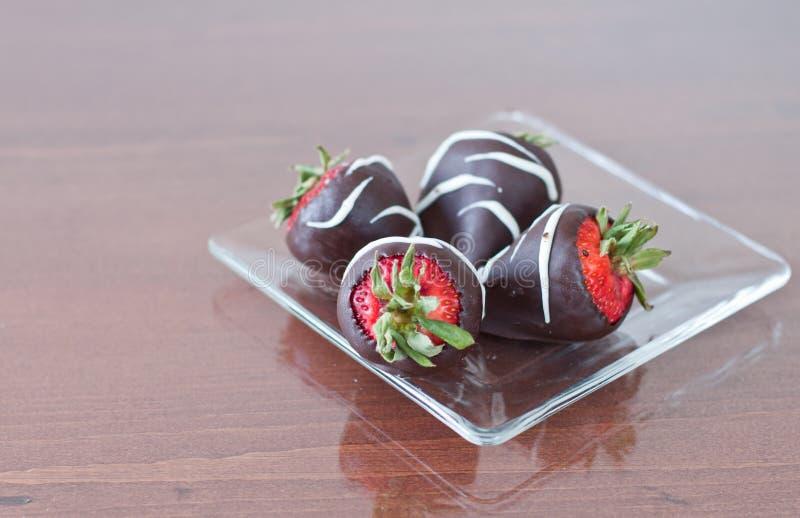 O chocolate quatro cobriu morangos fotos de stock royalty free