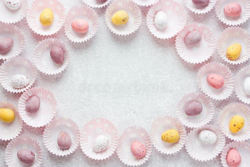 O chocolate salpicou o quadro dos ovos da páscoa dos doces com espaço para o texto foto de stock
