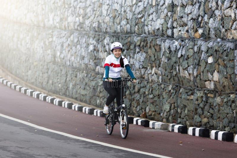 O ciclismo asiático da menina imagens de stock royalty free
