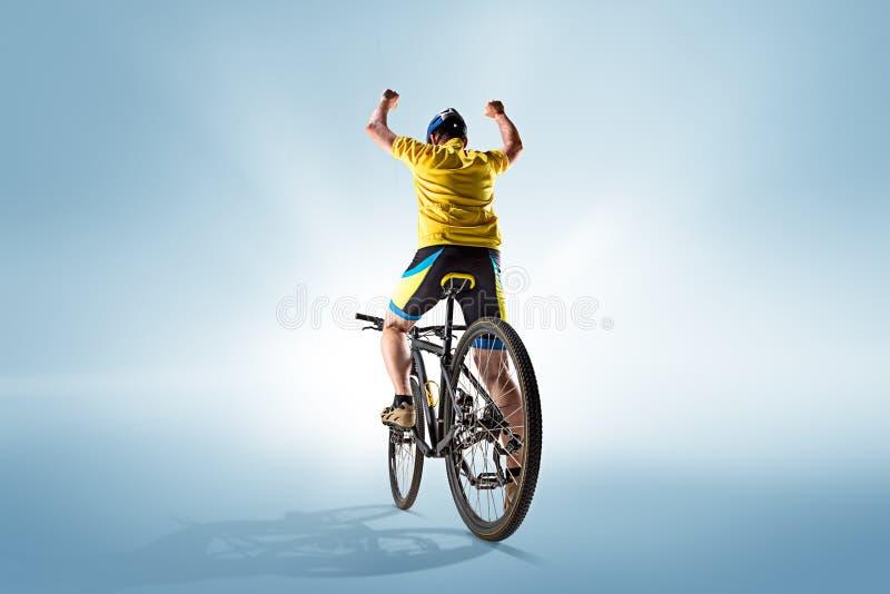 O ciclista no cinza, tiro do estúdio fotografia de stock