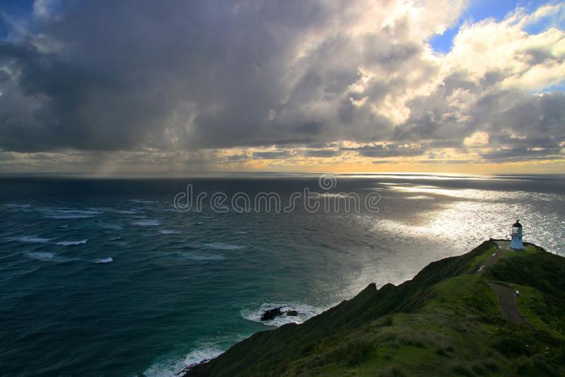 O ciclone tropical do oceano da tempestade nubla-se acima do Oceano Pacífico, seascape dramático com o marco do farol de Reinga d imagens de stock royalty free