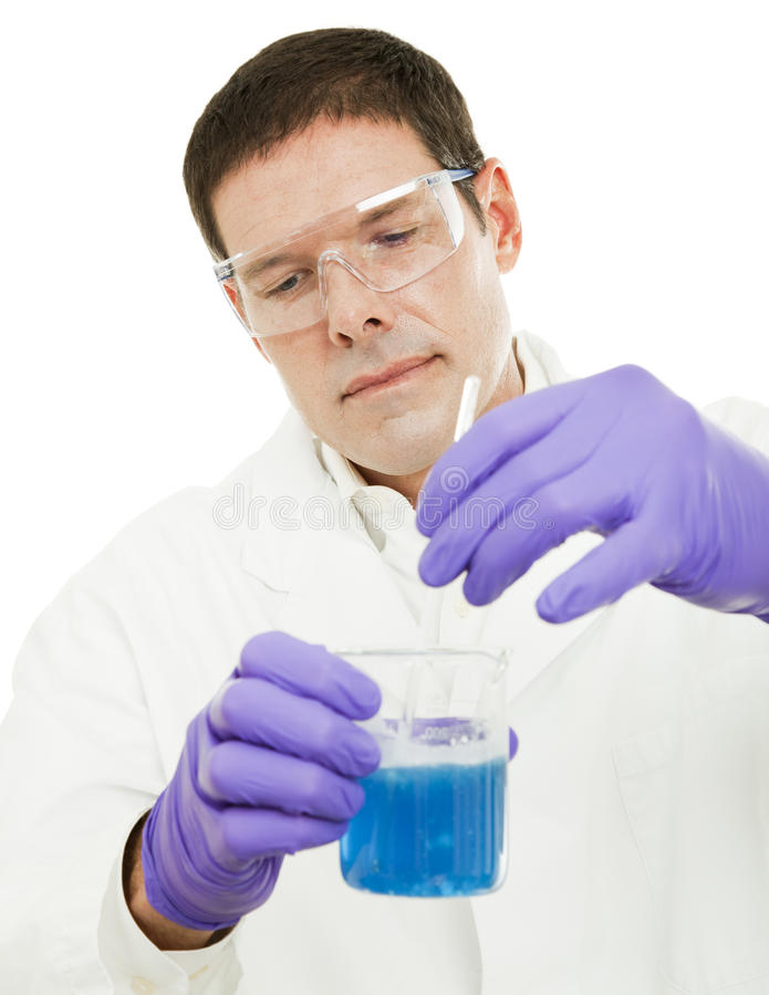O cientista agita o composto foto de stock