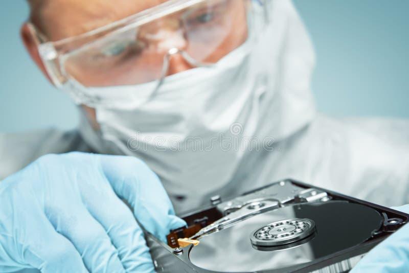 O cientista examina o disco rígido imagem de stock