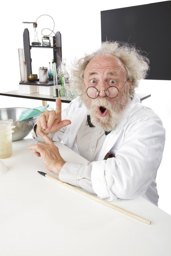 O cientista excêntrico no laboratório gesticula excitedly foto de stock