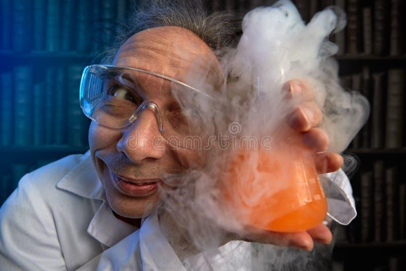 O cientista louco a adorar refere sua experiência foto de stock