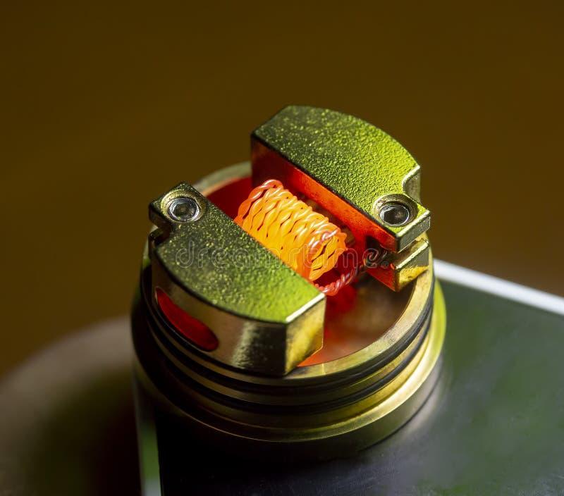 O cigarro de E bobina a queimadura seca, bobina ardente do nicromo, fio do nicromo imagens de stock