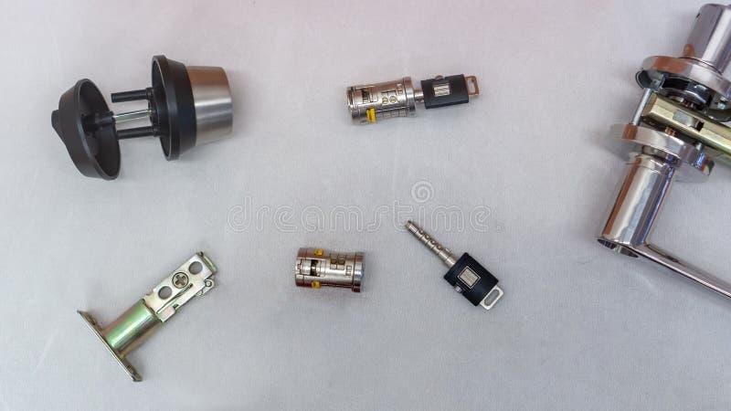 O cilindro do fechamento com um par de chaves no fundo branco imagem de stock royalty free