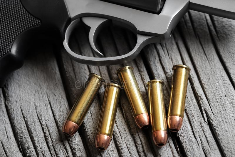 O cilindro do revólver para a carga da pistola da munição das balas carregou fotos de stock royalty free