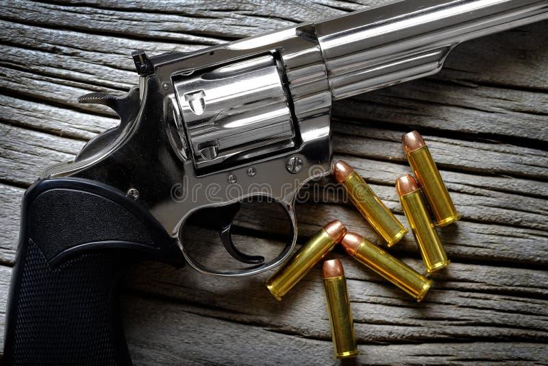 O cilindro do revólver para a carga da pistola da munição das balas carregou foto de stock