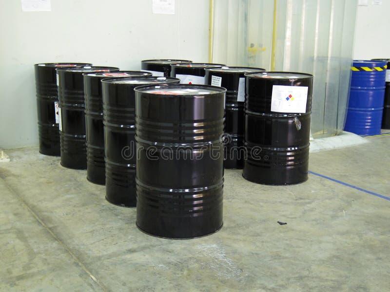 O cilindro químico mantém-se no armazém da fábrica fotografia de stock