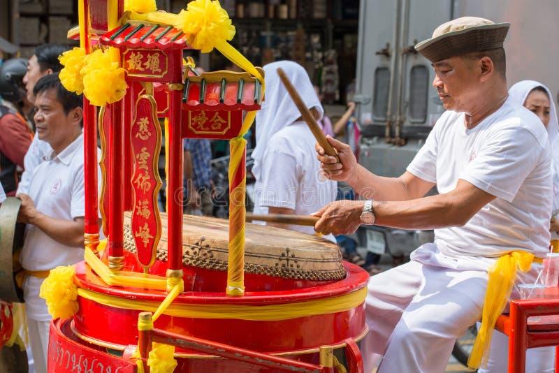 O cilindro tradicional chinês batido povos no dragão chinês dança na cidade de Banguecoque China imagens de stock royalty free