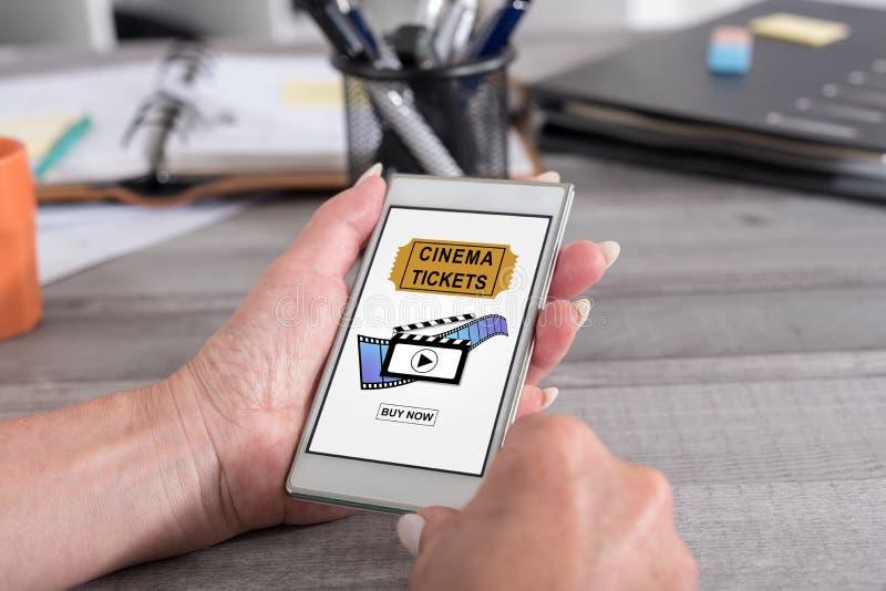 O cinema em linha tickets o conceito do registro em um smartphone imagem de stock