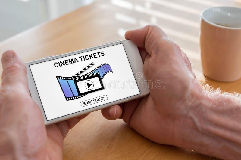O cinema em linha tickets o conceito do registro em um smartphone imagens de stock