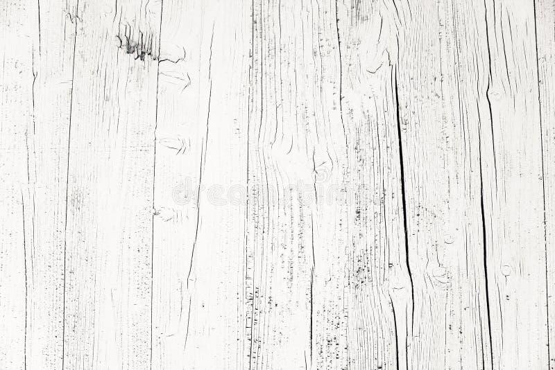 O cinza branco sujo e resistido velho pintou o fundo de madeira da textura da prancha da parede marcado pela exposição longa aos  imagem de stock