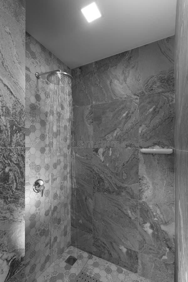 O cinza telhou a casa de banho com chuveiro à moda moderna agradável foto de stock royalty free