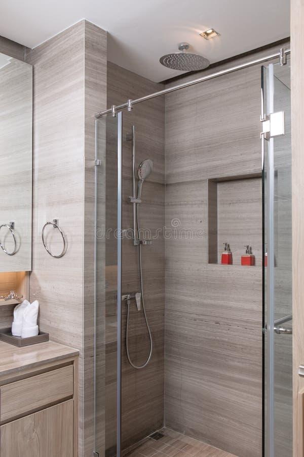 O cinza telhou a casa de banho com chuveiro ? moda moderna agrad?vel imagens de stock royalty free