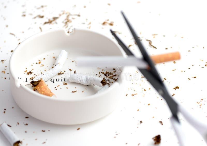O cinzeiro branco com cigarro destruído que sublinha o ` das palavras mim parou o ` fotografia de stock