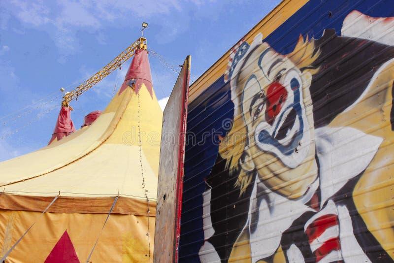 O circo e os palhaços são divertimento e fantasia freaky foto de stock royalty free