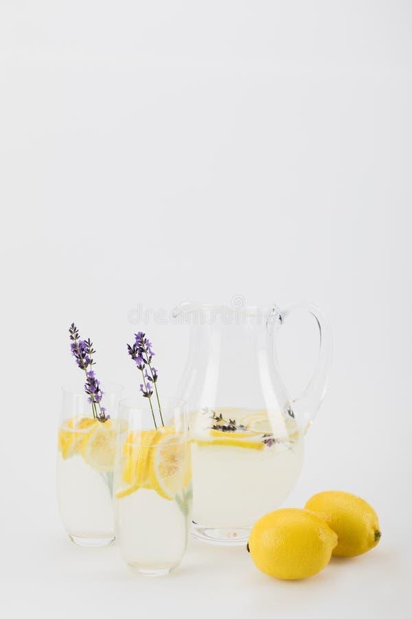 O citrino fresco bebe com as flores da alfazema nos vidros imagem de stock