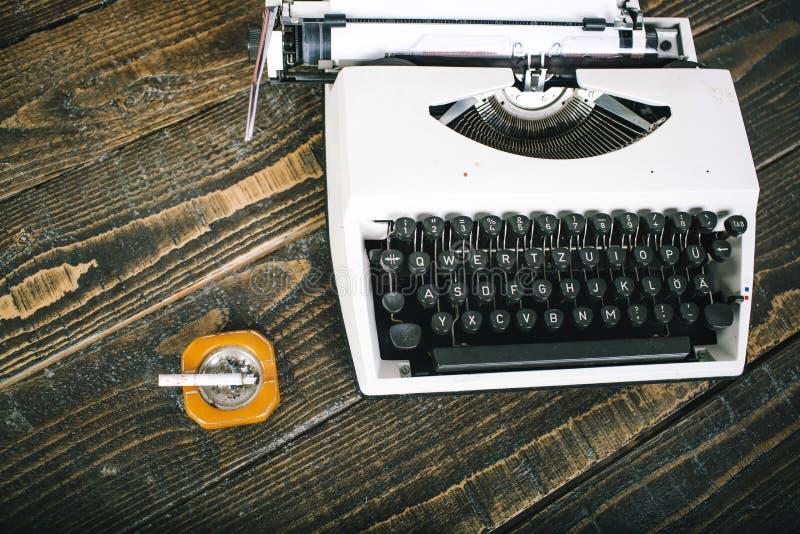O clássico é sempre à moda Máquina retro da máquina de escrever do vintage Máquina de escrever velha do tempo na mesa de madeira  imagem de stock royalty free