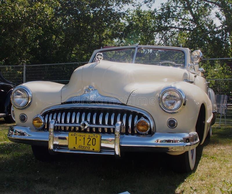 O clássico restaurou o Convertible 1947 de Buick foto de stock royalty free