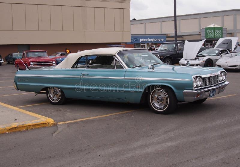 O clássico restaurou o Convertible 1964 de Chevrolet imagens de stock