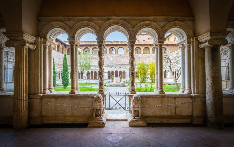 O claustro da basílica de Saint John Lateran em Roma foto de stock