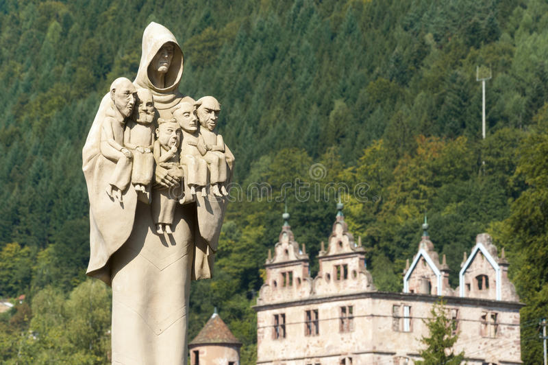 O claustro de Hirsau com a figura da monge da escultura imagem de stock royalty free