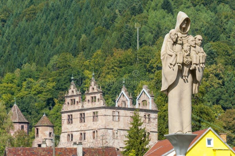 O claustro de Hirsau com a figura da monge da escultura fotos de stock