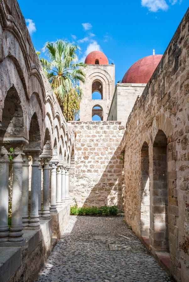 O claustro do degli árabe-normando Eremiti de San Giovanni da igreja em Palermo fotos de stock royalty free