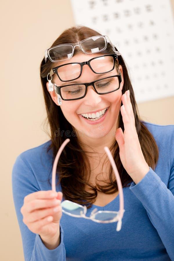 O cliente do óptico escolhe vidros da prescrição fotografia de stock